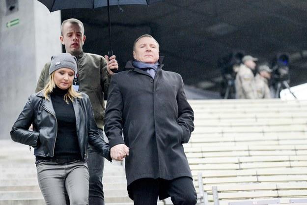 Paweł Gajewski trzyma parasol nad Kurskim i jego narzeczoną /Piotr Kamionka/REPORTER /