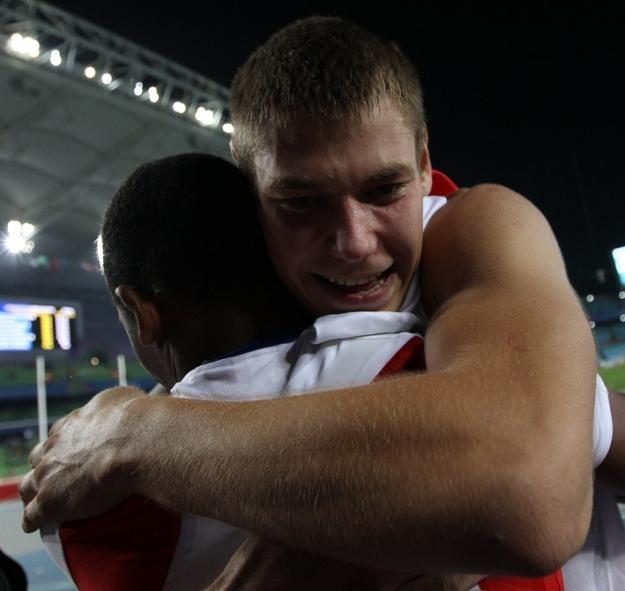 Paweł Wojciechowski cieszy się z medalu tonąc w objęciach Lazzaro Borgesa. /AFP