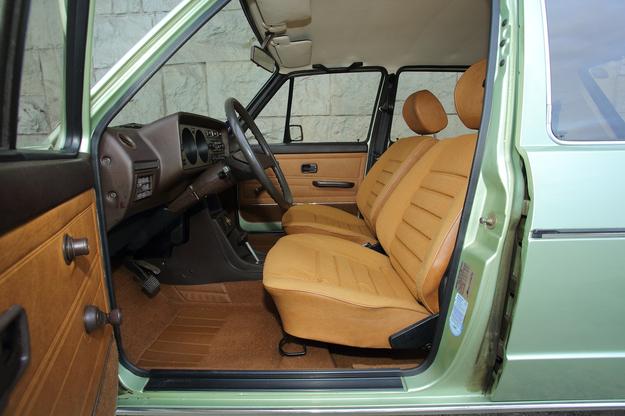 Pedały są oddalone od fotela znacznie bardziej niż kierownica – dobre dla wysokich kierowców. /Motor