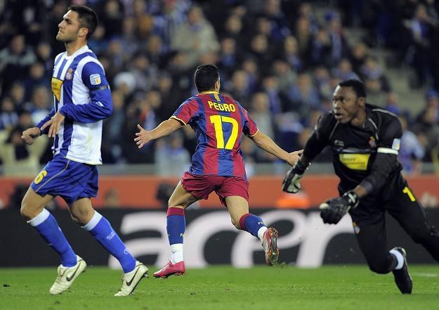 Pedro Rodriguez strzela gola dla FC Barcelona w derbowym starciu z Espanyolem /AFP