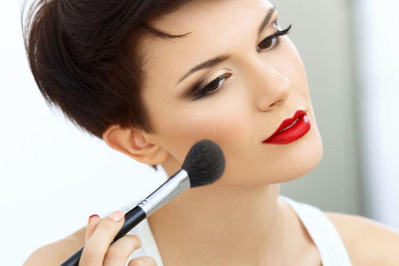 Pędzle służące do nakładania półpłynnych kosmetyków, np. podkładu, fluidu, myjmy po każdym użyciu /©123RF/PICSEL