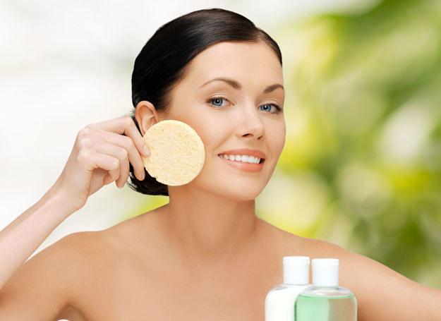Peeling wygładzi i odzywi skórę twarzy /©123RF/PICSEL
