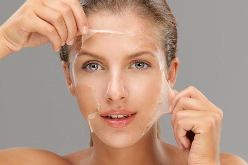 Peelingi i maseczki złuszczające to bardzo ważny element pielęgnacji twarzy. Nie pomijaj go! /©123RF/PICSEL