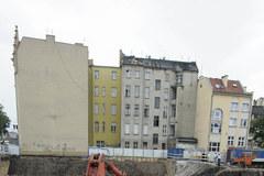 Pękają ściany kamienicy w centrum Wrocławia