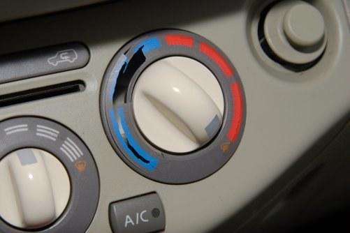 Pękające plastiki – obudowy pokręteł nawiewu są z tak cienkiego materiału, że pęka on samoczynnie pod naciskiem palca. /Motor