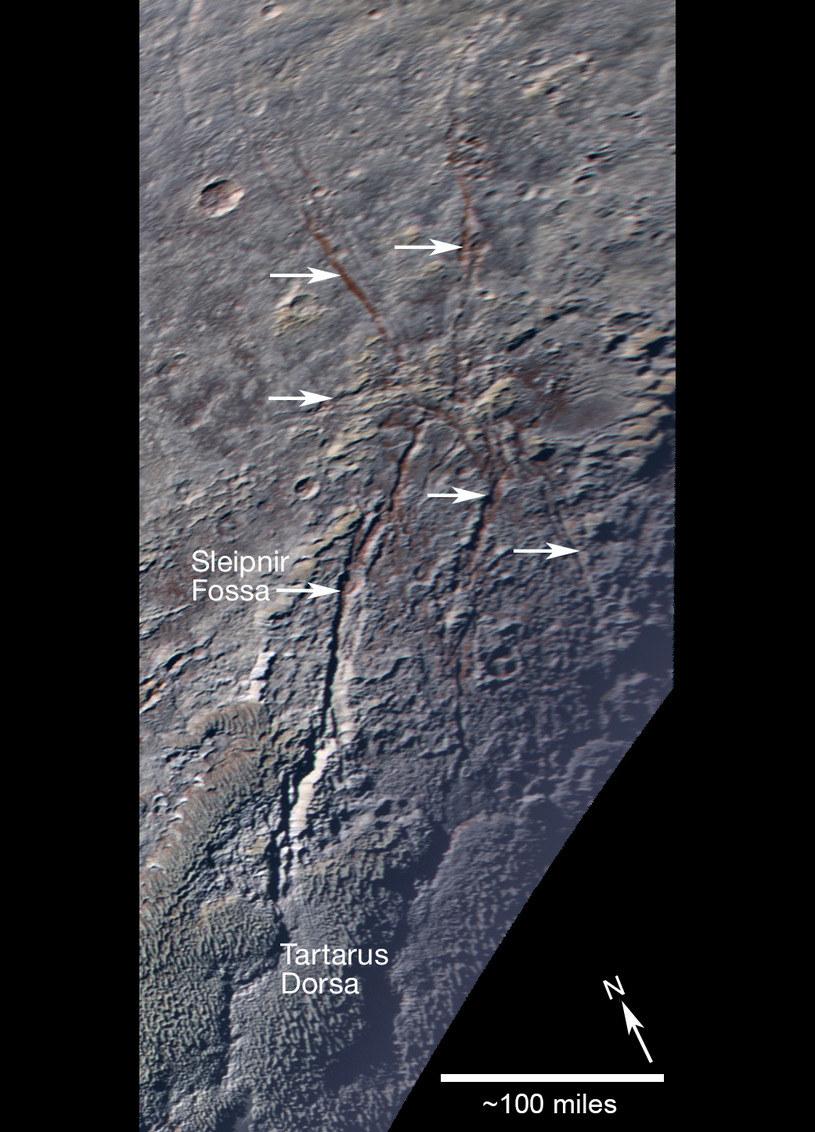 Pęknięcia odsłaniają czerwona warstwę pod powierzchnią /NASA