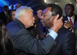"""Pele i prezes brazylijskiej federacji piłkarskiej szykują się do """"buziaka"""""""