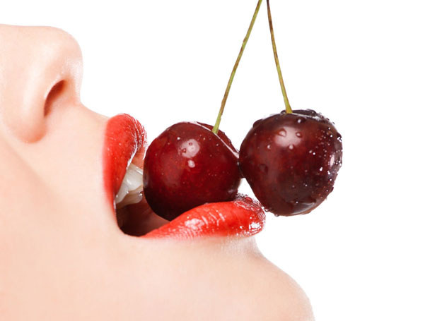 Pełne usta, starannie wyrysowane czerwoną szminką, to niezbędny atrybut wytrawnych kusicielek /123RF/PICSEL