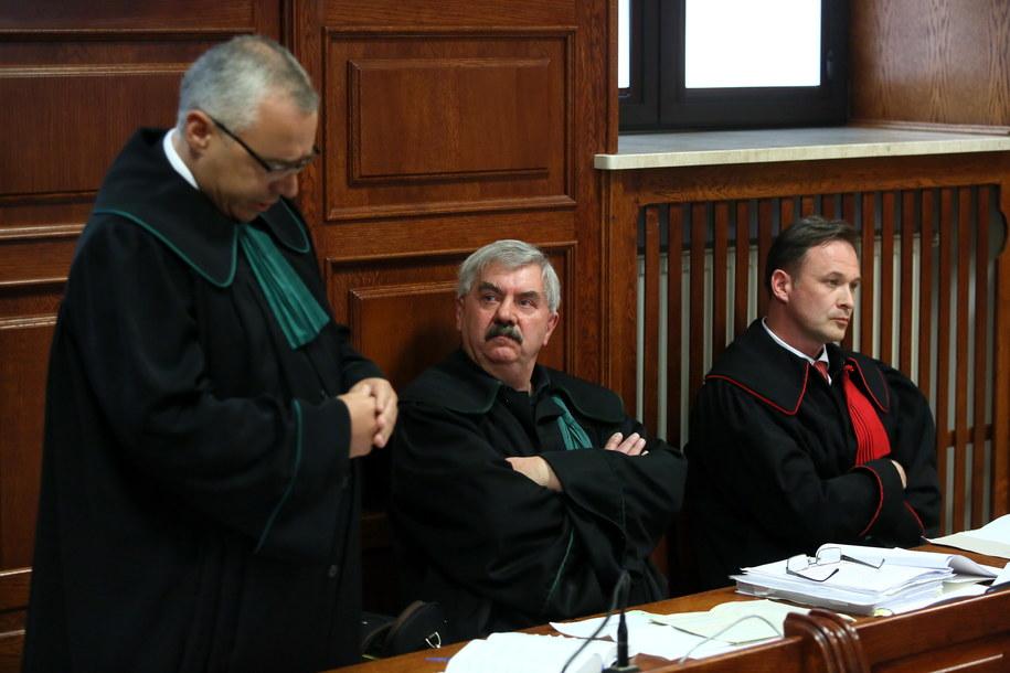 Pełnomocnicy oskarżyciela mec. Robert Marciniak (od lewej) i mec. Ryszard Lubas (drugi od lewej) oraz prokurator Artur Terlecki (po prawej) na sali rozpraw /Tomasz Gzell /PAP