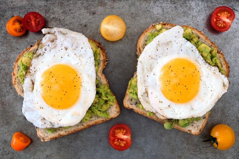 Pełnoziarniste pieczywo z jajkiem i awokado - możesz jeść nawet codziennie! /©123RF/PICSEL
