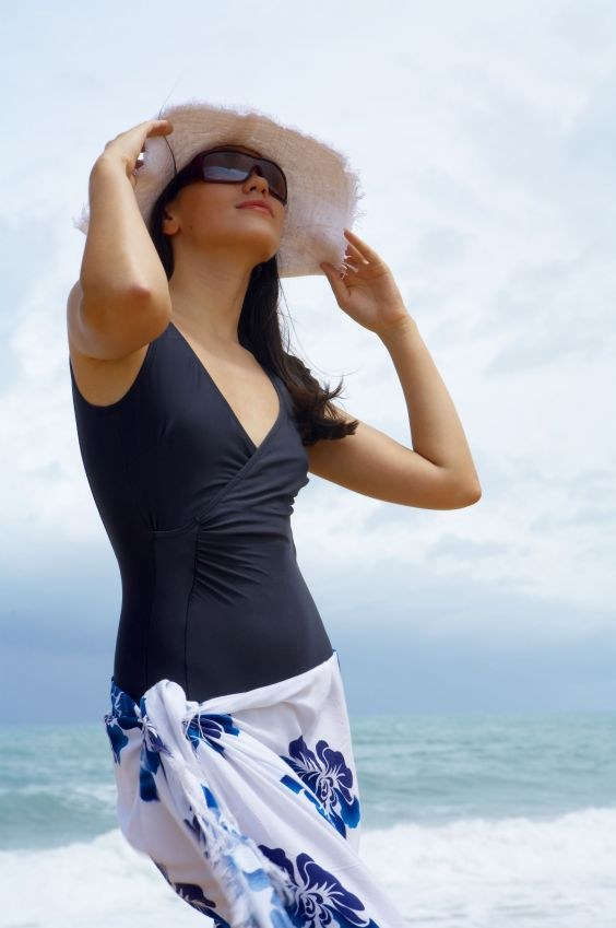 Pełny kostium i pareo to idealna propozycja dla dojrzałych pań /123RF/PICSEL