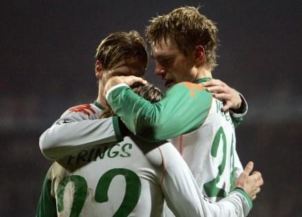 Per Mertesacker dziękuje Fringsowi za świetne dośrodkowanie. Werder-Chelsea 1:0 /AFP