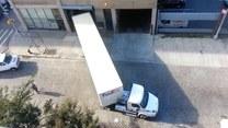 Perfekcyjny wjazd kierowcy ciężarówki do garażu