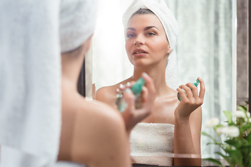 Perfumami najlepiej spryskaj... włosy, nie szyję! /©123RF/PICSEL