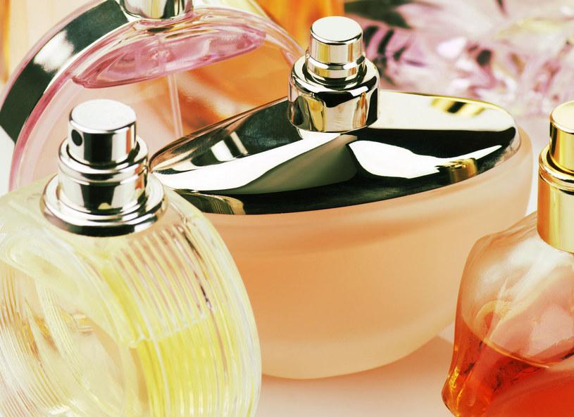 Perfumy z logo znanego domu mody to oznaka luksusu. /Picsel /123RF/PICSEL