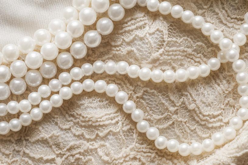 Perły, jako ozdoba w tym sezonie przełamują stereotypy! /©123RF/PICSEL