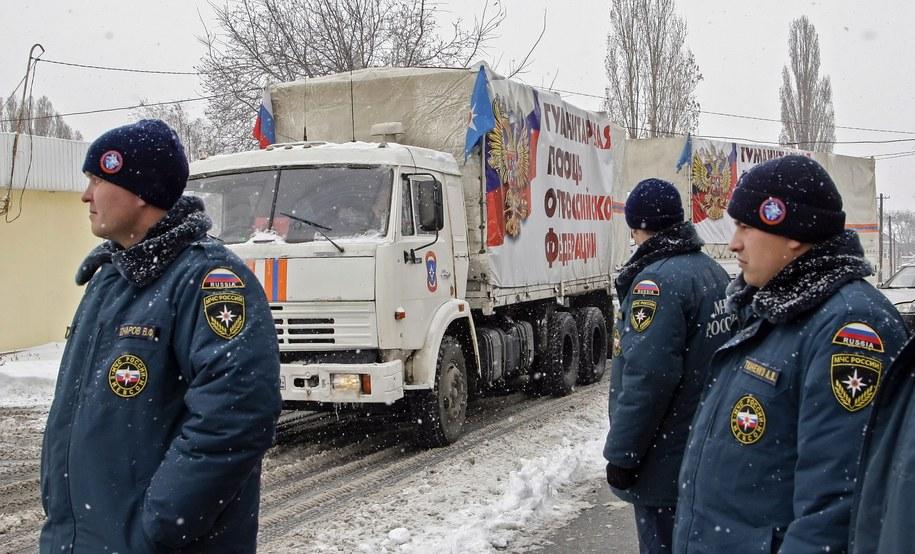 """Personel rosyjskiego ministerstwa ds. sytuacji nadzwyczajnych przy ciężarówkach z rosyjską """"pomocą humanitarną"""" dla ukraińskiego Doniecka /ALEXANDER ERMOCHENKO /PAP/EPA"""