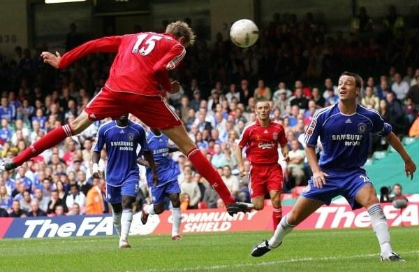 Peter Crouch strzela zwycięskiego gola. Chelsea-Liverpool 1:2 /AFP