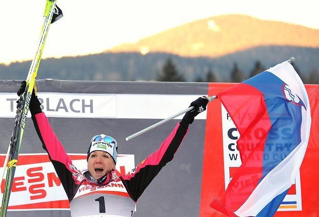 Petra Majdic wymachuje słoweńską flagą ciesząc się ze zwycięstwa /AFP