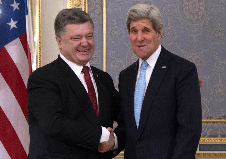 Petro Poroszenko i Joh Kerry /AFP