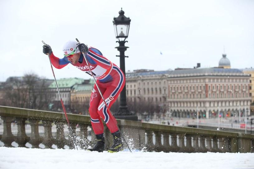 Petter Northug na tle Zamku Królewskiego w Sztokholmie /AFP