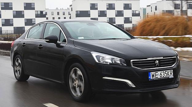 """Peugeot 508 prowadzi się pewnie, jedynie gdy koła na zakręcie trafią na większe nierówności tył delikatnie """"przestawia"""". /Motor"""