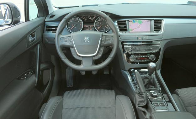 Peugeot osiągnął bardzo wysoki poziom wykonania wnętrza. Ciekawostką jest wysuwany z daszka nad wskaźnikami wyświetlacz typu head-up. Pośrodku deski – klasyczne panele audio i klimatyzacji. /Motor