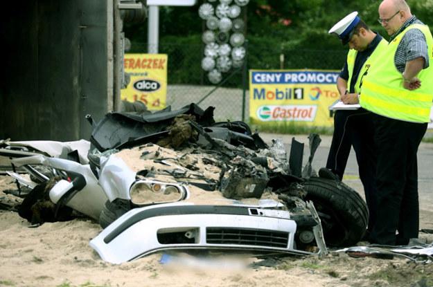 Pewne rzeczy, na przykład wypadki drogowe, dzieją się same z siebie, niezależnie od naszych wysiłków. W tym wypadku, przygnieciony przez ciężarówkę, zginął kierowca volkswagena /Fot Tomasz Gzell  /PAP