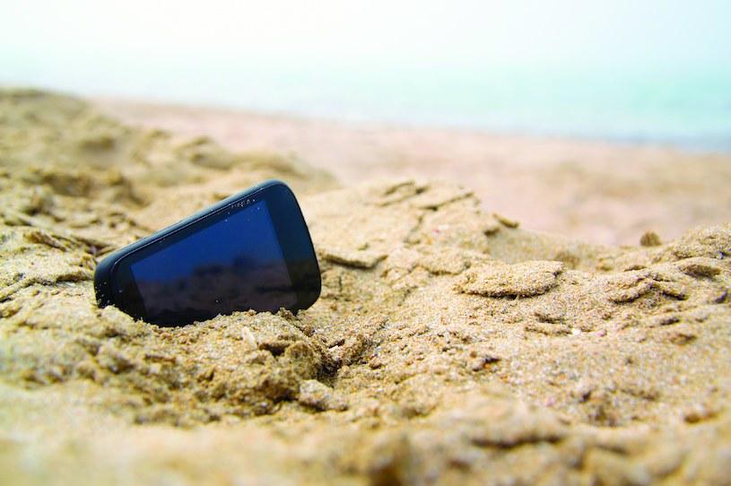 Piasek, wysoka temperatura i woda nie służą smartfonom /materiały prasowe