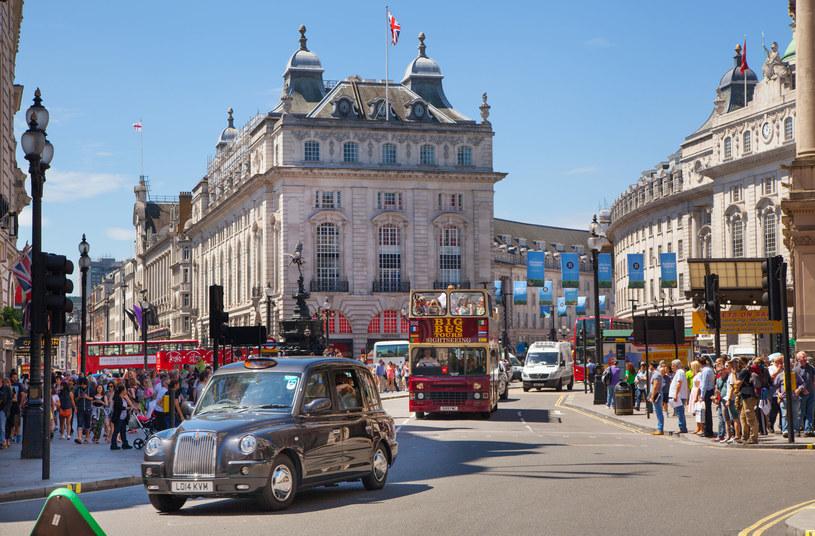 Piccadilly Circus to serce Londynu. Tam można poczuć jego rytm /123RF/PICSEL
