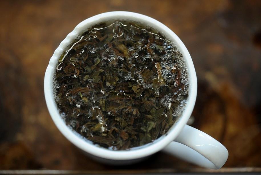 Picie popołudniowej herbaty to niemal rytuał wśród Brytyjczyków /Christian Charisius   /PAP/EPA