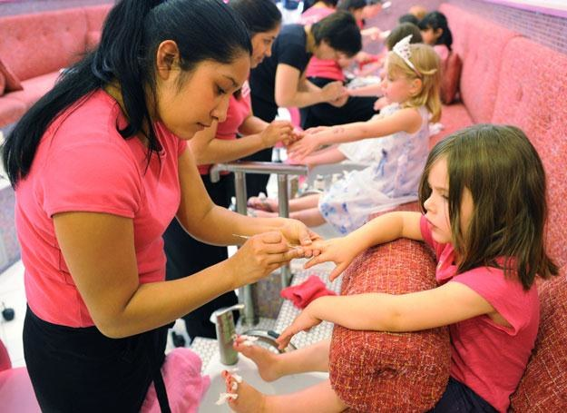 Pięciolatki korzystają z usług manikiurzystek podczas przyjęcia urodzinowego /AFP