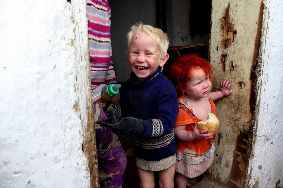Pięcioro dzieci z tej rodziny ma jasną skórę, blond włosy i jasne oczy /IVAN YANEV  /PAP/EPA