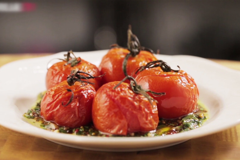 Pieczone pomidory w sosie chimichurri /Styl.pl