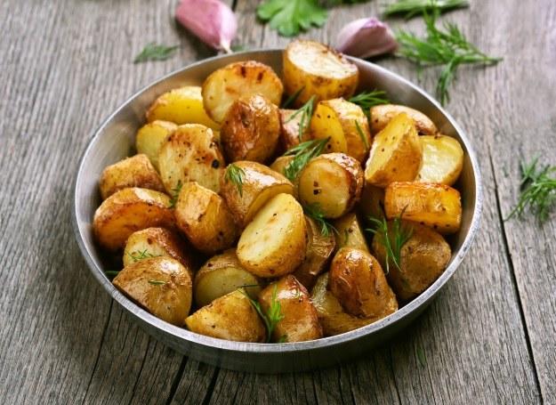 Pieczone ziemniaki smakują solo i jako dodatek do głównego dania /123RF/PICSEL