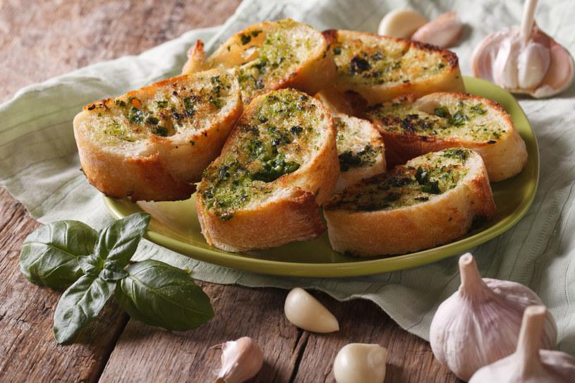 Pieczony czosnek i świeże zioła to połączenie idealne /123RF/PICSEL