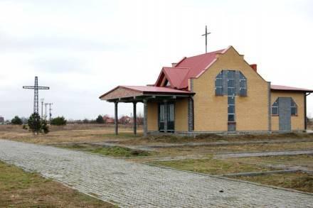 Piękna kaplica, spokojna okolica, dogodny dojazd, a mimo to wciąż nowy cmentarz jest pusty /Sztafeta