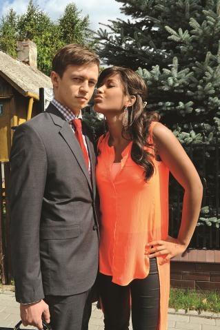 Piękna pielęgniarka Jagna (Patricia Kazadi) zaopiekuje się Dudą (Piotr Ligienza). /AGENCJA FILMOWA eRBe Renata Berger