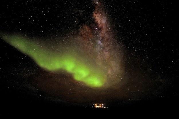 Piękne zdjęcie zorzy polarnej i oświetlonej stacji arktycznej Concordia (Fot. ESA) /materiały prasowe