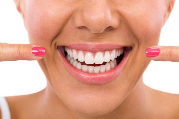 Piękny, biały uśmiech to marzenie niemal każdego. /123/RF PICSEL