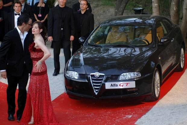 Piękny samochód potrafi wzbudzać podobne zainteresowanie, jak piękne kobiety / Kliknij /INTERIA.PL