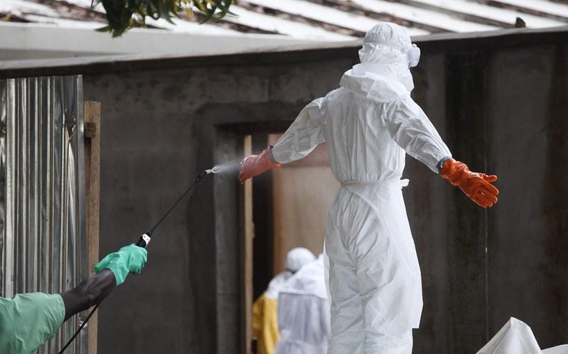 Pielęgniarka w Liberii poddaje się dezyfekcji po przygotowaniu kilku zwłok ofiar Eboli do pochówku /PAP/EPA