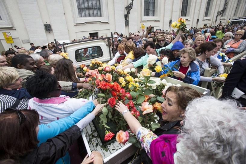 Pielgrzymi biegli za samochodem z różami /PAP/EPA