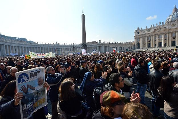 Pielgrzymi na Placu św. Piotra /AFP