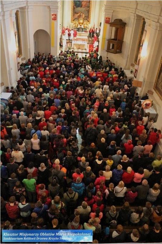 Pielgrzymi w Sanktuarium na Świętym Krzyżu /źródło: http://www.swietykrzyz.pl /Internet