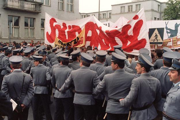 Pielgrzymka Jana Pawła II w 1987 roku pod czujnym okiem reżimu /AFP