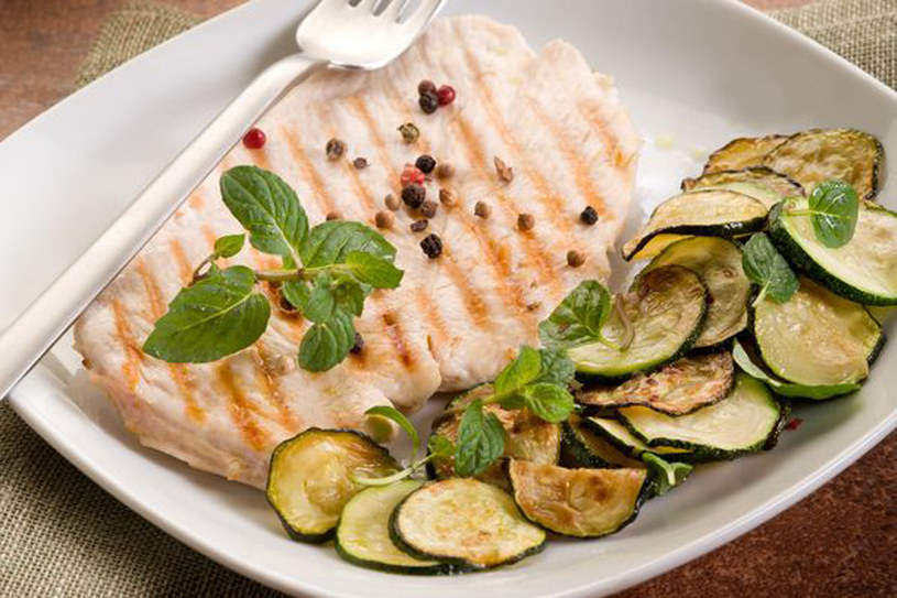 Pierś kurczaka z cukinia to obiad pyszny i niskokaloryczny /©123RF/PICSEL