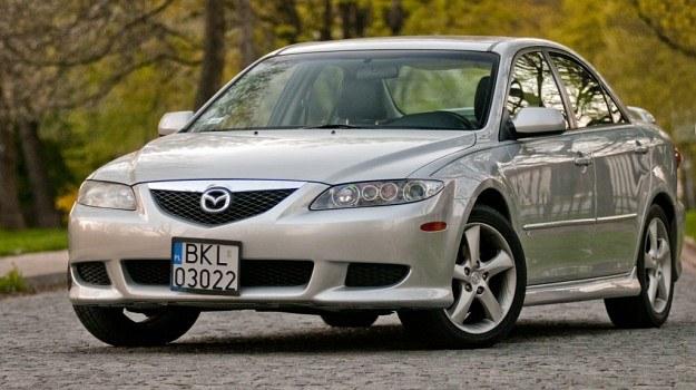 Pierwsza generacja Mazdy 6 (2002-2007), na zdjęciu - wersja USA z silnikiem 3.0 V6. Nie polecamy jej ze względu na ryzyko poważnej awarii jednostki napędowej (problemy z wariatorami faz rozrządu, rozciąganie łańcuchów rozrządu, zwiększony pobór oleju) oraz utrudniony dostęp do (kosztownych!) części. /Motor