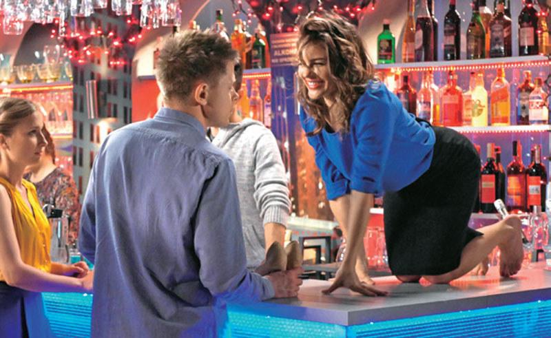 """""""Pierwsza miłość"""": Rozbawiona Konecka wdrapuje się na bar /Tele Tydzień"""