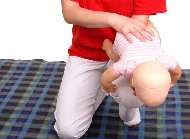 Pierwsza pomoc w przypadku zakrztuszenia niemowlęcia /©123RF/PICSEL